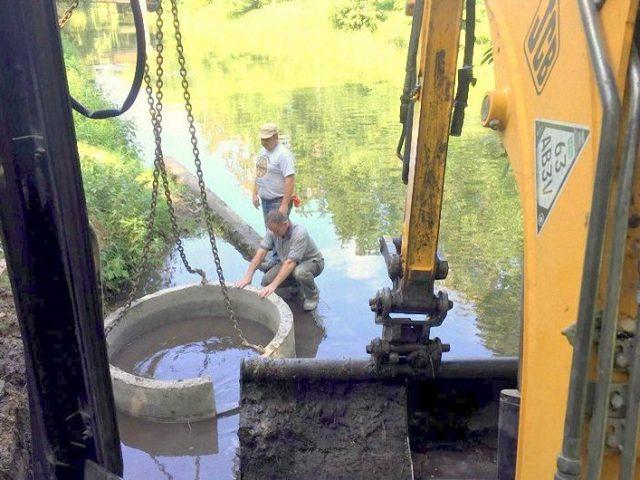 Монтаж бетонних кілець в ставку